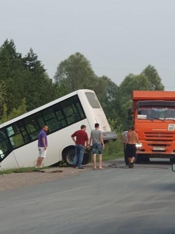 В Челнах маршрутка укатилась в кювет, пока водитель платил за топливо