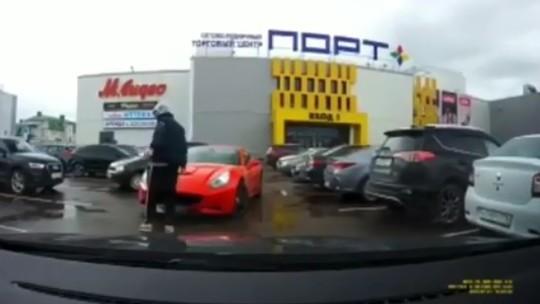 Соцсети: В Казани на парковке ТЦ «Порт» произошло ДТП с участием красной Ferrari