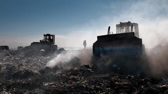Пожарные со вчерашнего дня продолжают тушить свалку в Нижнекамском районе