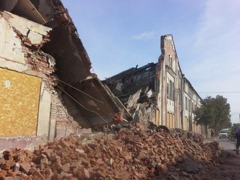 В Казани на дорогу обрушился заброшенный дом – образовалась пробка
