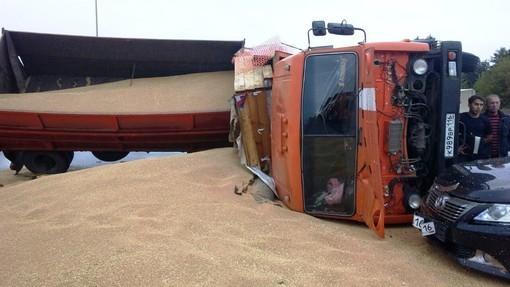 ВТатарстане врезультате дорожного происшествия опрокинулся КАМАЗ