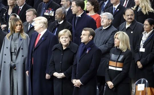 Путин последним приехал к Триумфальной арке и пожал руку Трампу