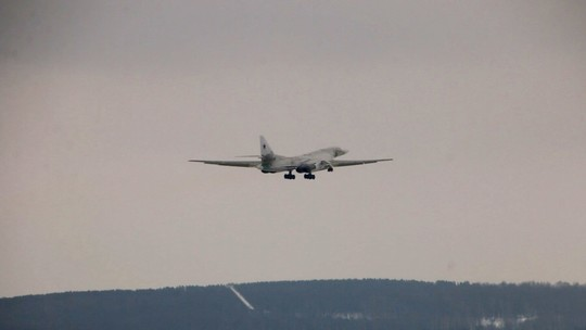 Появились фото Ту-160М в небе над Казанью