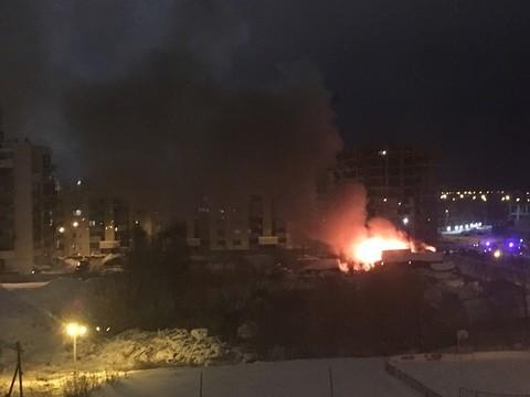 В Казани на улице Кемеровской горит частный дом