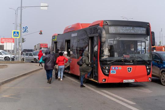 Метшин поручил выдать медработникам и волонтерам Казани безлимитные проездные на все виды транспорта