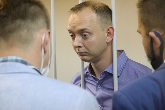Сафронова завели в зал суда. Первые фото