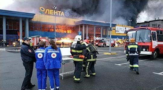 «В футболках выбегали, все вещи там!»: в Петербурге горит крупный гипермаркет, эвакуированы 800 человек