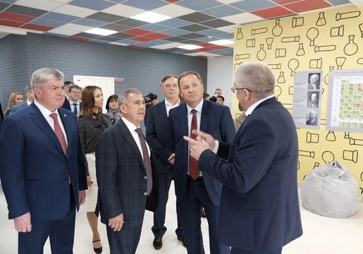 Минниханов проверил готовность новой школы в Челнах