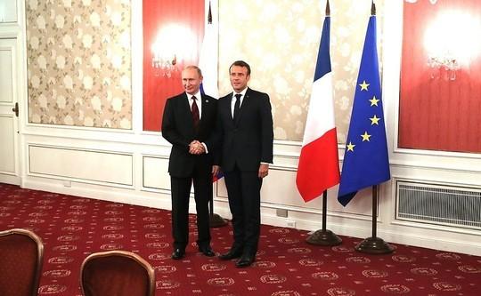 Макрон поприветствовал Путина по-русски и получил приглашение на 75-летие Победы