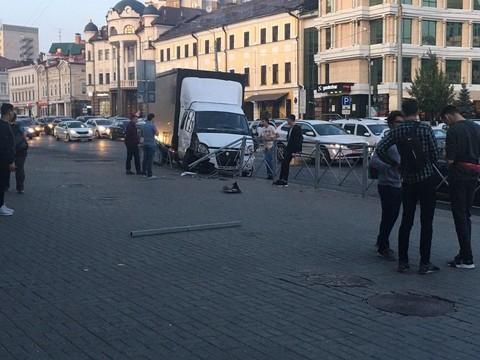 В центре Казани «Газель» снесла забор и едва не вылетела на пешеходов