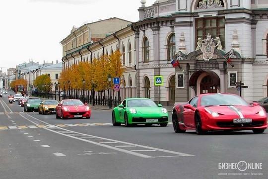 От Ferrari до Porsche: в центре Казани появились спорткары