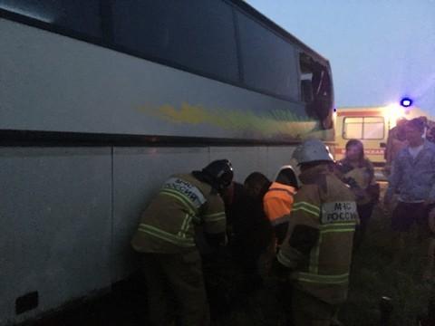 Крупное ДТП на Ставрополье: рейсовый автобус протаранил «КАМАЗ» с прицепом, 2 человека погибли, 17 пострадали