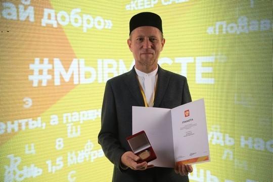 Сергей Кириенко вручил Илдару Баязитову медаль за доставку обедов нуждающимся в период пандемии
