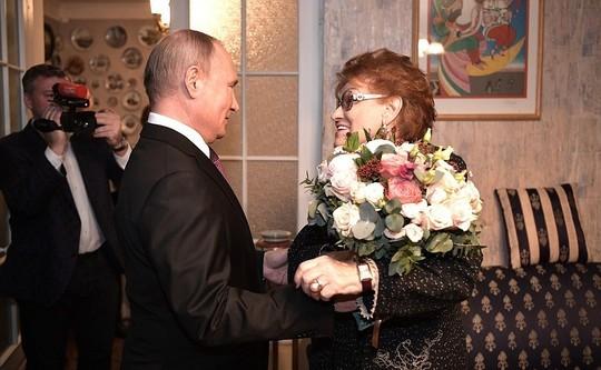 Путин пошутил про президентство: «Работа такая, в конце месяца нужно в кассу за зарплатой»