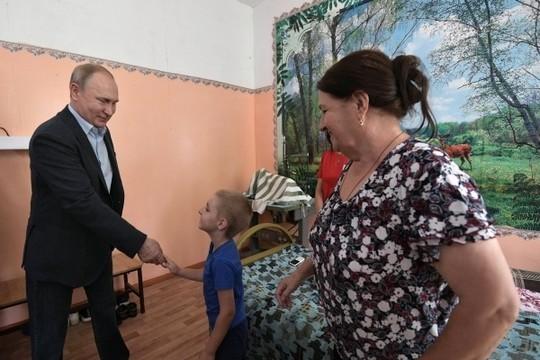 Мальчик из Тулуна усомнился, что к нему приехал президент: «Вы Путин?»
