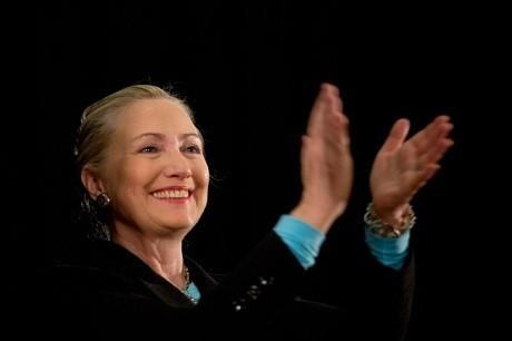 Хиллари Клинтон пообещала отдать экономику США своему мужу