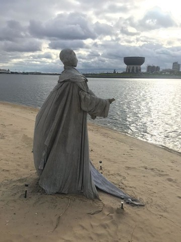 Напротив «Чаши» в Казани появилась новая зловещая фигура
