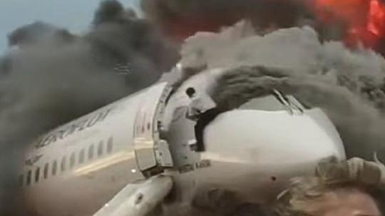 Пилот сгоревшего SSJ 100 самолета вернулся в кабину и спас напарника
