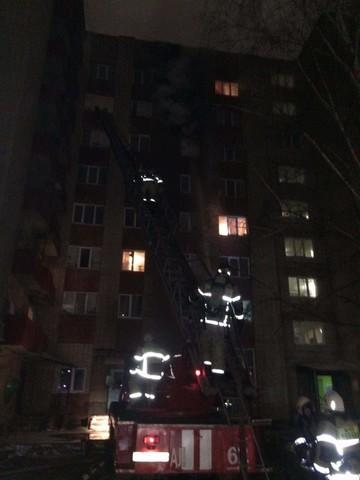 На пожаре в нижнекамской многоэтажке спасли 9 взрослых и 4 детей