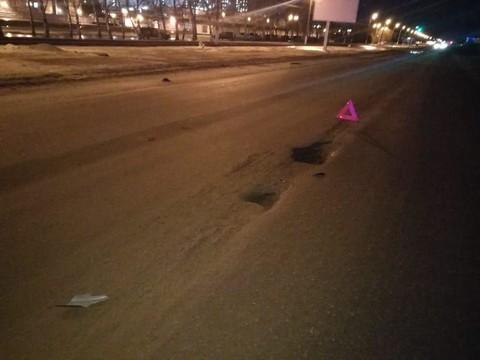 В Нижнекамске Mercedes влетел в яму на дороге – помощь медиков понадобилась пассажирам