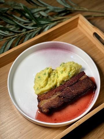 Салат с морепродуктами от 100 рублей и окунь с гарниром за 180: бар Wine Me запустил новое дневное меню