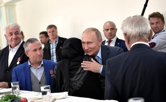 Путин выполнил обещание 20-летней давности – выпил водки в Дагестане