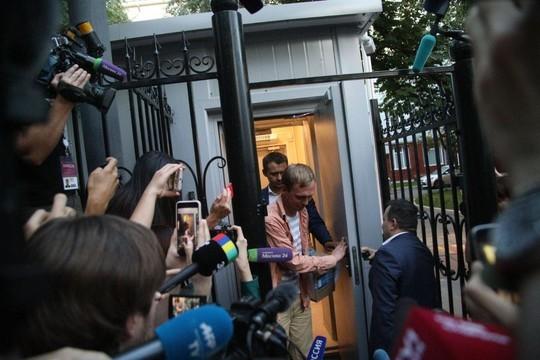 Иван Голунов вышел из здания МВД под аплодисменты и крики «Спасибо!». Первые фото