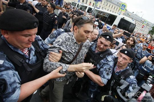 Полиция разогнала акцию в поддержку Ивана Голунова в Москве. Как это было