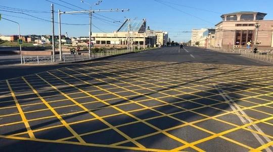 В Казани ночью нарисовали вафельную разметку площадью 1,6 тыс. кв. м на улицах Татарстан и Пушкина
