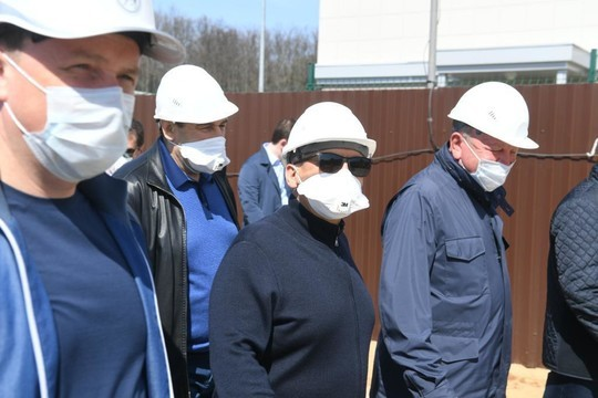Минниханов приехал на стройку нового корпуса инфекционной больницы в Казани