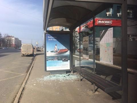 В Казани неизвестные разбили стеклянную остановку