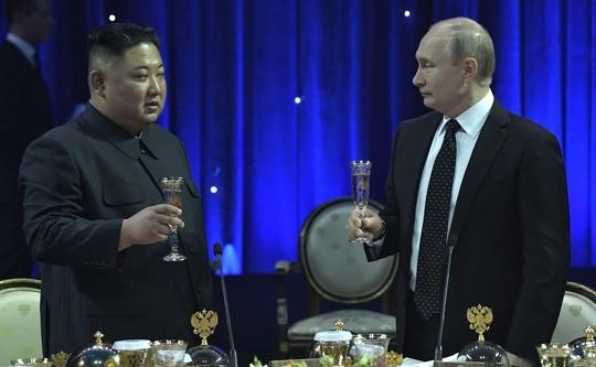 Ким Чен Ын подарил Путину меч и выпил с ним за дружбу