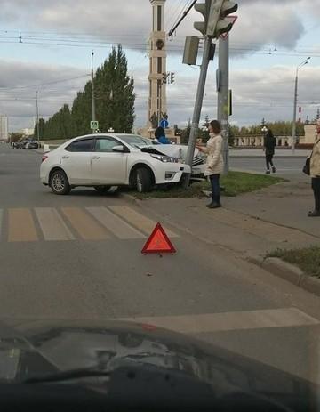 Соцсети: В Казани иномарка из Ульяновской области влетела в светофор
