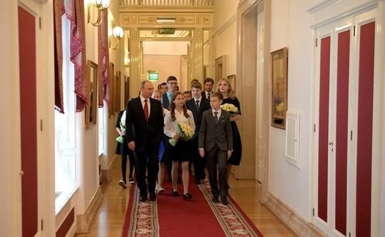Стоун побывал вкабинете Владимира Путина иувидел портрет его отца