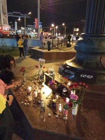 На улице Баумана под часами зажгли свечи в память о жертвах теракта в Беслане