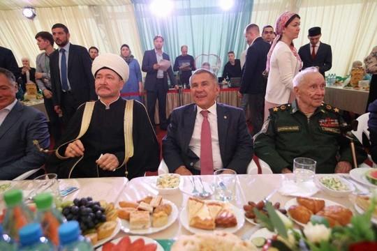 Минниханов принял участие в ифтаре в шатре Рамадана в Москве