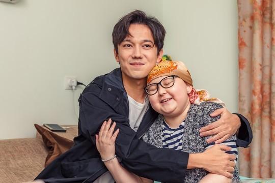 Казахский певец исполнил мечту тяжелобольной девочки из Казани