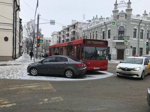 В центре Казани автобус столкнулся с KIA, образуется пробка