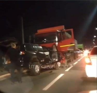 Под Казанью иномарка вылетела на встречку и врезалась в грузовик – водитель легковушки погиб