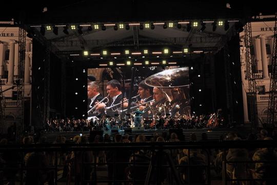 У Дворца земледельцев начался фестиваль «Казанская осень». Сладковский приветствует Казарновскую