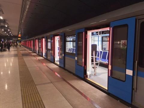 В казанском метро появился новый «антиковидный» поезд с подсветкой