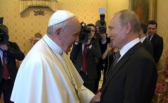 Путин и Папа Римский обменялись подарками в Ватикане