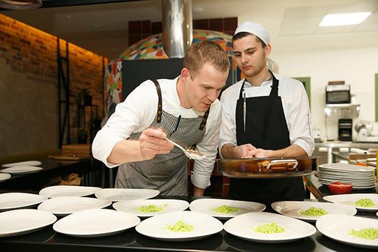 «Гастроужины помогают объяснить публике, почему о салате «Цезарь» придется забыть…»