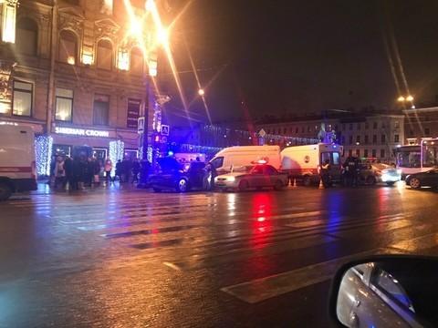 Лихач на Mercedes сбил шестерых пешеходов в центре Петербурга, пострадавшие в тяжелом состоянии