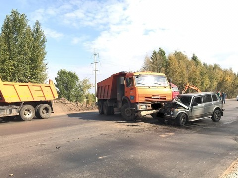 В Нижнекамске «КАМАЗ» столкнулся с «Нивой» – пострадал водитель грузовика
