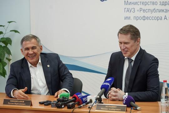 Минниханов и Мурашко поздравили врачей РКИБ, где находились больные коронавирусом