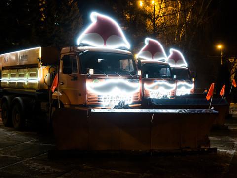 Спецтехника в Казани работает в усиленном режиме. Ее украсили новогодними колпаками
