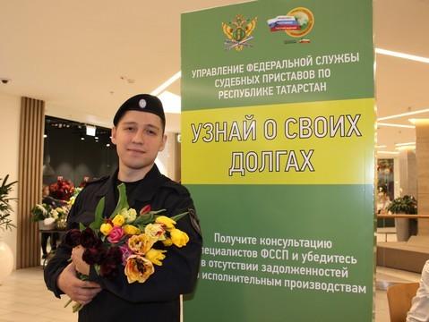 Судебные приставы поздравили жительниц Казани с Международным женским днем