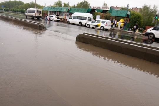 В Челнах затопило переход у автостанции
