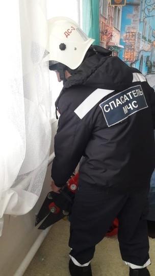 В Казани спасли девочку, у которой нога застряла между горячей батареей и стеной